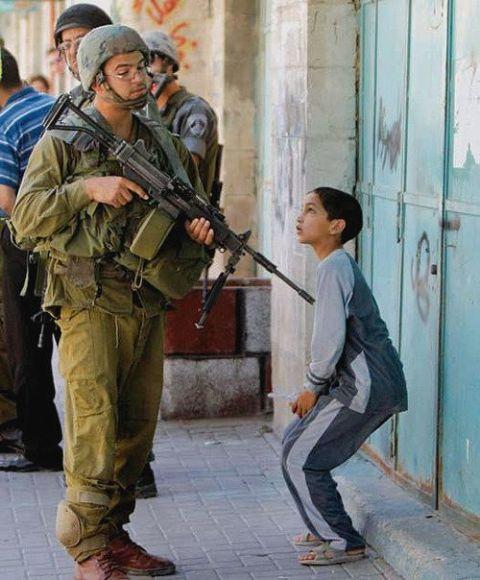 izraeli_katona_palesztin_gyerek_01