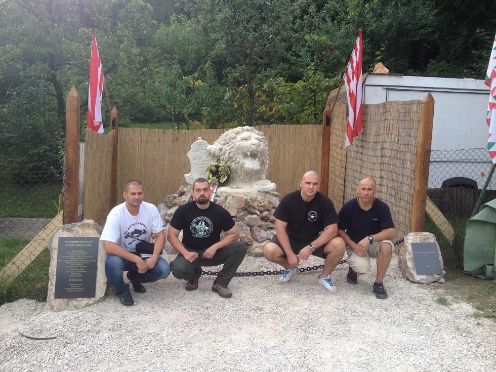A Betyársereg tagjai a csókakői csendőr-emlékműnél