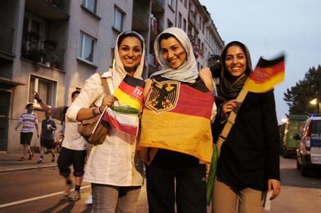Drei tunesische Mädchen mit Kopftüchern und Deutschland-Fahnen am 15.06.2006 während des Fußballspiels Deutschland-Polen am Mainufer in Frankfurt/Main. Foto: Falk Orth