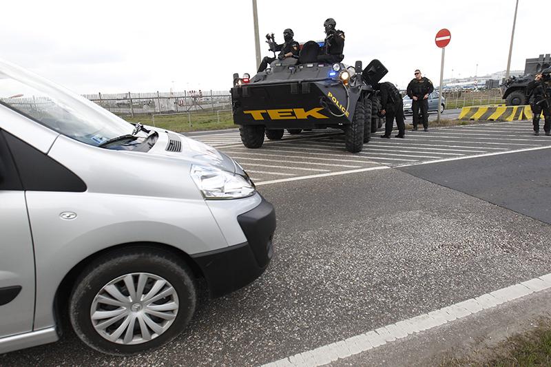 Budapest, 2016. március 22. A Terrorelhárítási Központ (TEK) páncélozott szállító harcjárművei a Liszt Ferenc-repülőtér parkolójánál 2016. március 22-én, miután a reggeli brüsszeli robbantások nyomán Magyarországon ideiglenesen elrendelték a terrorkészültség kettes, magas fokozatát. MTI Fotó: Szigetváry Zsolt