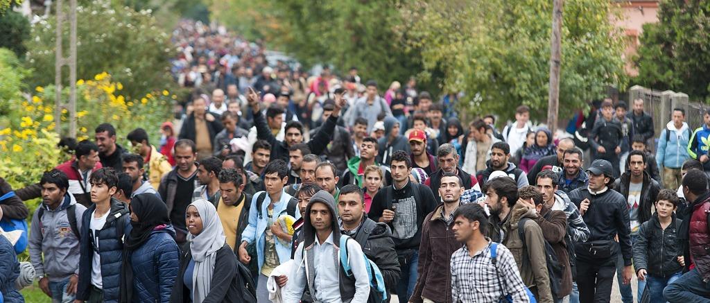 Hegyeshalom, 2015. október 7. Illegális bevándorlók vonulnak Hegyeshalom utcáján az osztrák határ felé 2015. október 7-én. MTI Fotó: Krizsán Csaba
